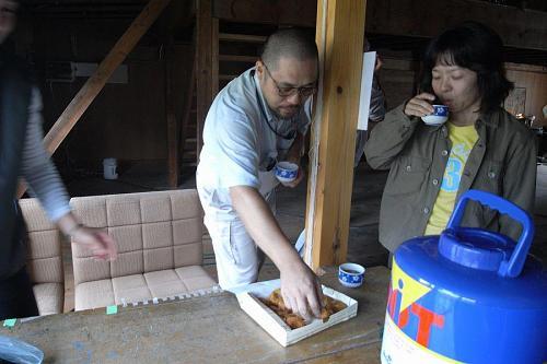 安岐さんの力仕事を手伝ったあと、河野定子さんの手作りコロッケと温かいお茶を寄井座でいただいた。