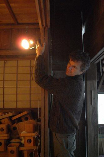 パットさんも照明のお手伝い。何を照らしているでしょう?展覧会に来たら分かるよ!