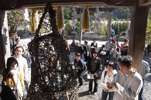 八幡神社にある、カリンさんの作品「Being There」