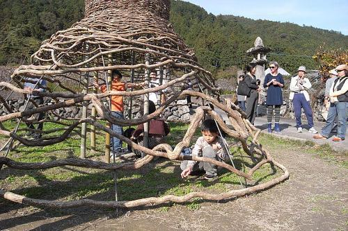 カリンさんの作品「Moon Dome」で子供たちが遊ぶ。