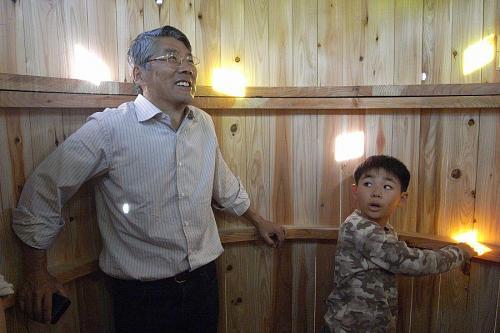 安岐理加さんの作品を満喫する大南理事長