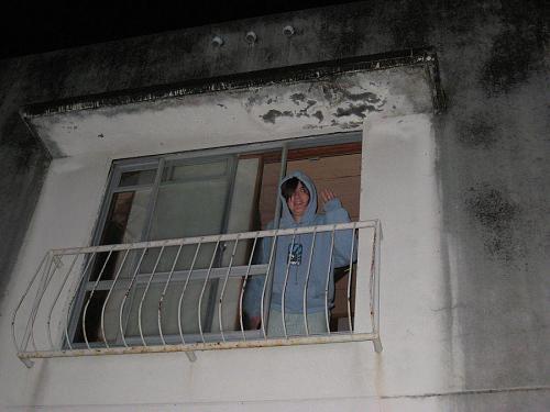 """車の音で感づいたエマさん。眠い目をこすりこすり、""""Good bye, Andrea & Adam!"""" 2008年11月10日・06:08@下分宿舎"""
