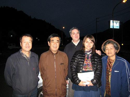 森さん、岩丸さんと国子さん(はお土産を持って!いつものことですが、よく気がお付きです。)この日は私が運転手。 2008年10月10日06:17@道の駅