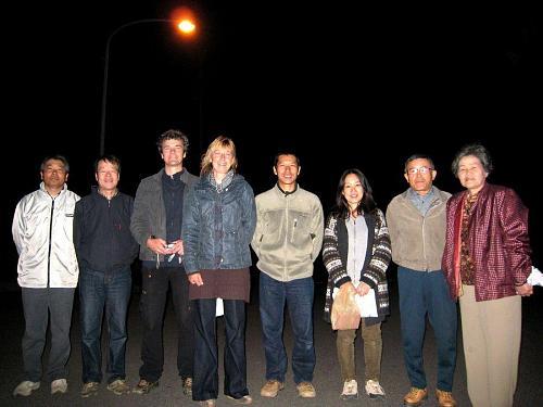 (安芸の宮島から帰った)佐藤さん、森さん、(今日の運転手の)火口山さん、(西国から帰った)康史さんと(相変わらず、お土産を持ってこられた)国子さん 2008年11月11日・06:09@道の駅