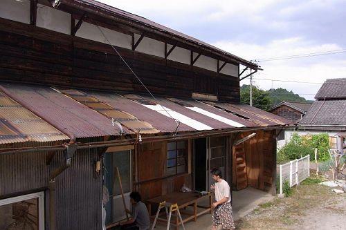 飛び去った穴だらけの屋根、掃除は欠かしませんがそれでも・・・
