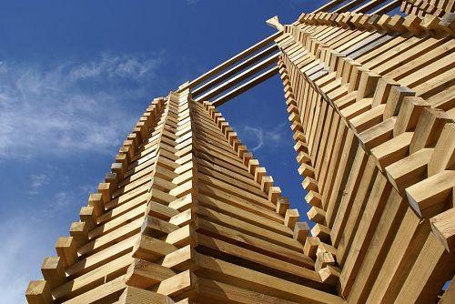 神山杉で作った塔は青空に映えて迫力があります。