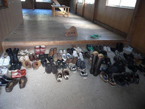 靴を数えれば分かる!こんなに人が水谷さんの作品を見に寄井座に入りました。