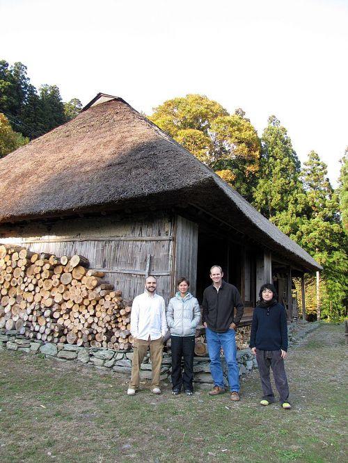 三好市東祖谷釣井にある「ちいおり(篪庵)」を管理しているポール・ケイトーさんとKAIR作家たち。