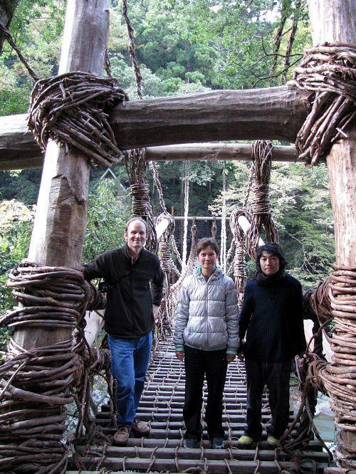 「祖谷のかずら橋」を渡りきった作家たち。高いのも揺れるのもお気に入りで、大はしゃぎしてました。