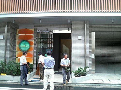 野毛hana*hanaの正面玄関、内部は真新しいセンス漂う空間でした。