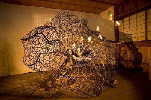 神山東中学校の生徒達と、紙粘土で制作したハート(命の種)が使われた