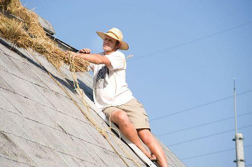 屋根の上で作業中