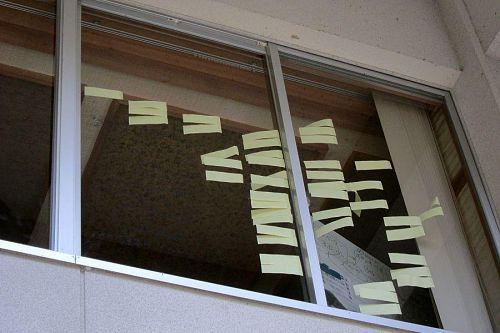 生活研修室の窓ガラスにひらひらひらと棚引くアイデアの数々。