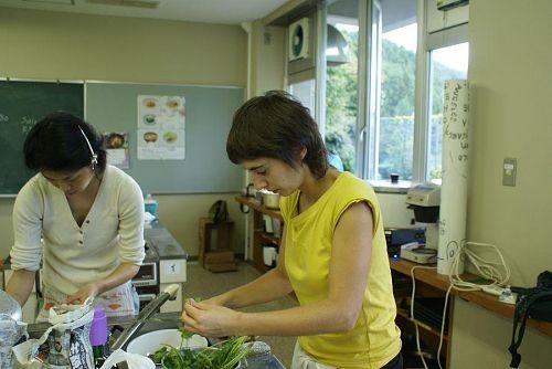 マリーナさんも鱈と野菜のオリーブオイル煮込みに頑張っています。