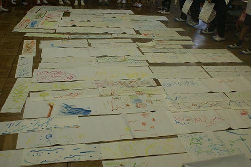 子どもたちは自由な発想で音を描いていきます。